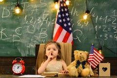Родители обычно кладут их детей в академичный тренировать Порция учителя ягнится с компьютерами в начальной школе на стоковое фото