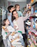 Родители при 2 дет держа приобретения в магазине Стоковые Фотографии RF
