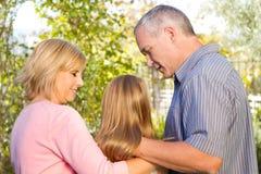 Родители разговаривая с их дочь-подростком Стоковые Фото