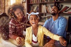 Родители счастливого †семьи «и маленькая дочь играя совместно fo стоковые изображения