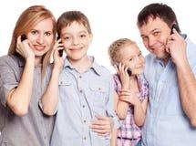 Родители с детьми с мобильным телефоном Стоковые Изображения RF