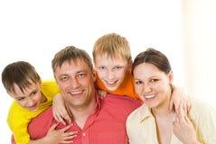 Родители с 2 дет совместно Стоковые Изображения