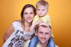 родители s отца маленькие взваливают на плечи сынка Стоковые Фотографии RF