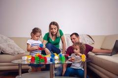 Родитель играя с детьми дома Счастливое единение семьи стоковые фотографии rf