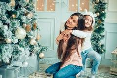 Родитель и 2 дет имея потеху и играя совместно около рождественской елки Стоковое Изображение