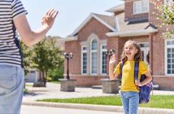 Родитель и зрачок идут к школе стоковое изображение