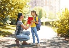 Родитель и зрачок идут к школе стоковая фотография rf