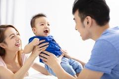родитель и сын играя совместно стоковое фото