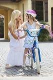 Родитель матери & велосипед катания ребенка девушки Стоковая Фотография RF