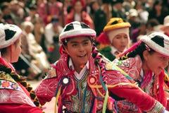 """Родная перуанская маленькая девочка танцуя """"Wayna Raimi """" стоковое фото"""
