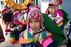 """Родной перуанский мальчик танцора около для того чтобы станцевать """"Wayna Raimi """" стоковое изображение"""