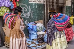 Родные женщины ходя по магазинам на боливийском рынке стоковое изображение rf