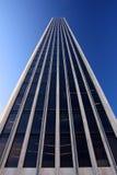 Родовая башня офиса поднимая в голубое небо Стоковые Изображения RF
