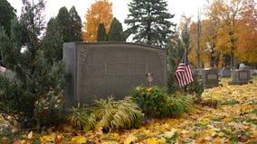 Родовая серьезная отметка в кладбище в осени - ветеране с флагом видеоматериал