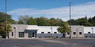 Родовой камень & белое здание стоковое изображение