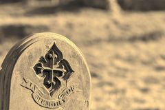 Родословная и родословие Вписанный могильный камень Moonochrome старый стоковые фотографии rf