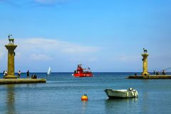 Родос, Греция Красный идя туристский underwater, шлюпка плавает в стробы известного порта Родоса с Стоковые Изображения RF
