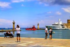 Родос, Греция Путешественники посещая и фотографируя sightseeing в известном порте острова Родоса Стоковые Фотографии RF