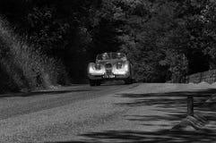 РОДСТЕР 1950 ЯГУАРА XK 120 OTS на старом гоночном автомобиле в ралли Mille Miglia 2017 известная итальянская историческая гонка 1 Стоковое фото RF