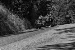 РОДСТЕР 1950 ЯГУАРА XK 120 OTS на старом гоночном автомобиле в ралли Mille Miglia 2017 известная итальянская историческая гонка 1 Стоковые Изображения