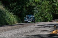 РОДСТЕР 1950 ЯГУАРА XK 120 OTS на старом гоночном автомобиле в ралли Mille Miglia 2017 известная итальянская историческая гонка 1 Стоковые Фото