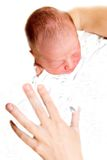 рожденный младенец вручает как раз мать s Стоковое Изображение