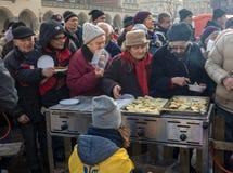 Рожденственская ночь для плохого и бездомного на главной площади в Cracow Каждый год группа Kosciuszko подготавливает большой кан Стоковые Фотографии RF