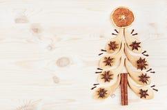 Рождественская елка бамбуковых ложек и специй для обдумыванного вина на белой деревянной предпосылке Стоковое фото RF