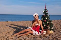 Рождественская елка девушки на юге на пляже Стоковое фото RF