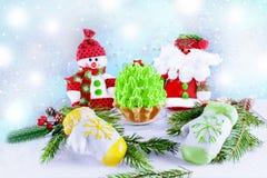 Рождественская елка зеленого цвета знамени праздника, снеговик марципана mittens и Санта Klais на светлой деревянной предпосылке  Стоковые Фотографии RF