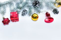 Рождественская елка зеленого цвета знамени праздника с красными и голубыми подарками на светлой деревянной предпосылке Новый Год  Стоковая Фотография RF