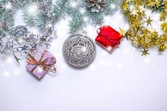 Рождественская елка зеленого цвета знамени праздника с красными и голубыми подарками на светлой деревянной предпосылке Новый Год  Стоковое фото RF