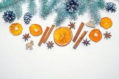 Рождественская елка зеленого цвета знамени праздника с циннамоном, анисовкой и высушенными кусками апельсинов на светлой деревянн Стоковое фото RF