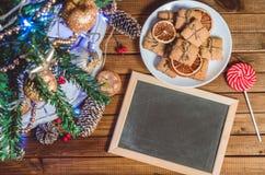 Рождественская елка, игрушки и подарки с безупречной репутацией для текста стоковое фото rf