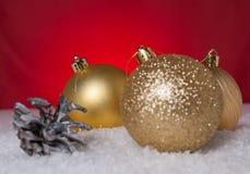 Рождественская елка и желтый шарик рождественской елки на снеге Стоковые Фото