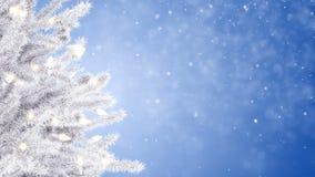 Рождественская елка и падая снежинки сток-видео