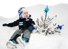 рождественская елка мальчика стоковое фото