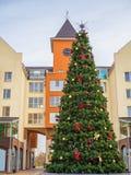 Рождественская елка на городской площади украшена на праздники рождества стоковая фотография