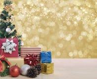 Рождественская елка на светлых золотых bokeh и снежинке Стоковые Фото