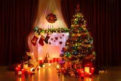 Рождественская елка освещения, камин Xmas и чулки, Новый Год стоковые фотографии rf