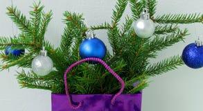 Рождественская елка подарка рождества при игрушки peeking из подарка на белой предпосылке Стоковое Фото