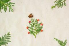 Рождественская елка сделанная звезды ветвей и украшений туи анисовки и ashberry на деревенской предпосылке Стоковое Фото