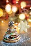 Рождественская елка сделанная из высушенных оранжевых кусков и звезды анисовки, w стоковое изображение