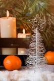 Рождественская елка сделанная из провода на предпосылке ели разветвляет Стоковая Фотография RF