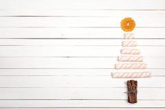 Рождественская елка сделанная конфеты зефира, высушенного апельсина и cinna Стоковое Изображение