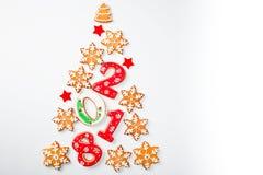 Рождественская елка сделанная от снежинок и 2018 печений пряника с оформлением Нового Года Стоковое фото RF