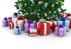 Рождественская елка с изолированными подарочными коробками стоковые фото