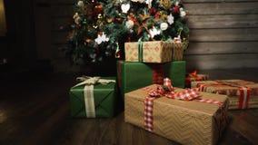 Рождественская елка с красивыми подарочными коробками акции видеоматериалы