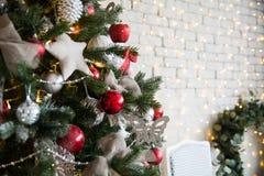Рождественская елка с красными шариками и добившийся успеха своими силами звездами Стоковое фото RF