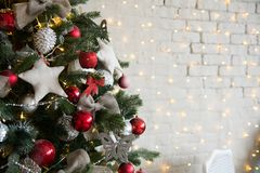 Рождественская елка с красными шариками и добившийся успеха своими силами звездами Стоковая Фотография